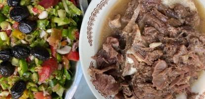Etin yanında bol turşulu ve turşu suyu ilaveli salata iyi gider
